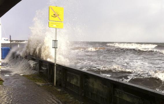 Stormen Bodil i december 2013: Gelænderet er eneste synlige el af Sukkenes Bro! (Foto: Henrik Moltke).