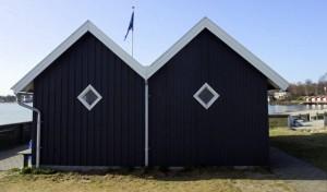 Vinterpaladset på Sydmolen af Rungsted Havn: Tv. den ældste del. Th. 'festsalen', som kom til i 2008. Nu  igen i flot marineblå. (Foto: Jesper Alstrøm.)