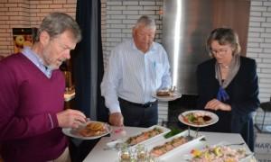 Henrik Løve, tv. - han blev forfremmet fra Pligthuggerassistentaspirant til Pligthuggerassistent. Her forsyner han sig ved Hotel Marinas buffet, som både var rigelig og velsmagende. Foto: Jesper Alstrøm.