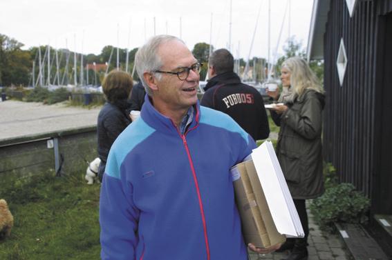 Runerister Jens Hage med en stak blankt papir på vej mod nye kruseduller. (Foto: Jesper Alstrøm).