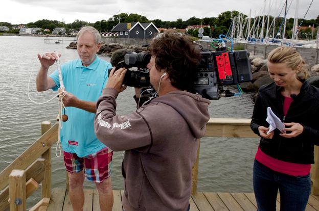 Overmåler Knud Limschou forklarer TV 2 Vejret, hvordan vandtemperaturen måles. (Foto: Erling Madsen).