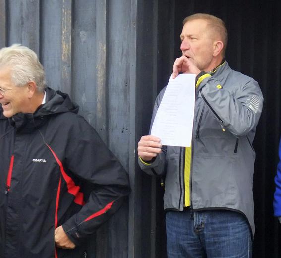 Vanddybdeformanden forsøger forgæves at påkalde sig opmærksomheden - men han burde være ude for at tjekke vanddybden. (Foto: Jesper Alstrøm).