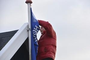 Hørsholm-Rungsted Vikingelaug - Standerhejsning 2015: Pligthugger af 1. Grad Søren Iversen sætter vintervimplen op.
